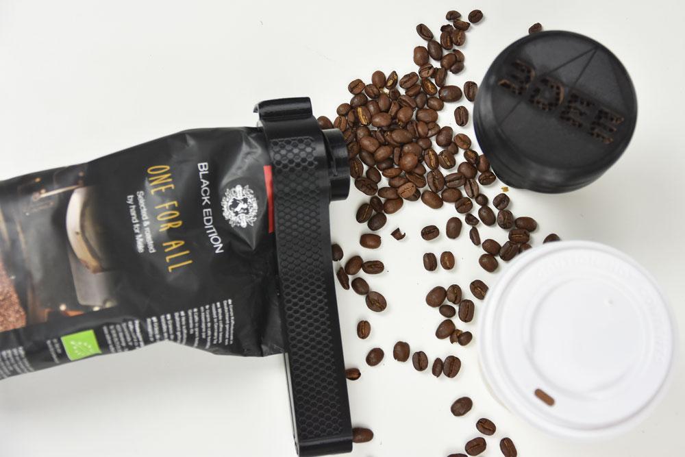 Kaffeklammer mit verschütteten Kaffebohnen